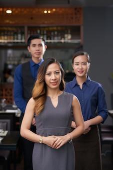レストランの労働者のチーム