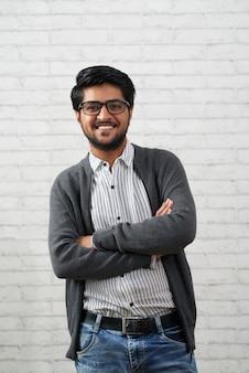Веселый индийский мужчина