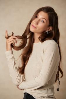 Привлекательная молодая женщина