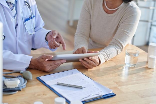 シニア患者と記録について話し合う