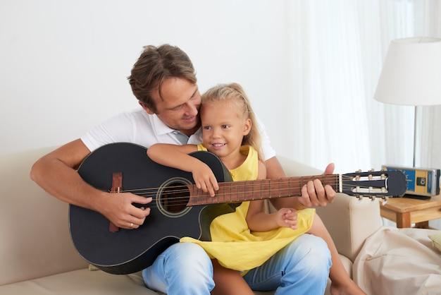 一緒にギターを弾く