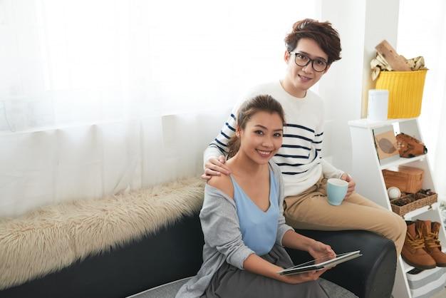 自宅で陽気な若いカップル