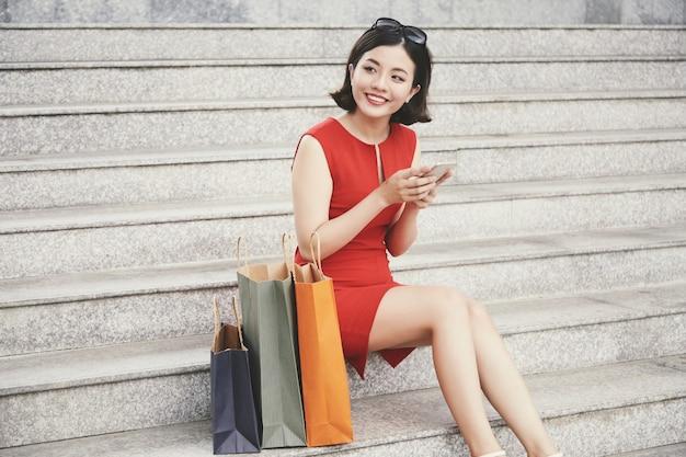きれいな女性の買い物中毒