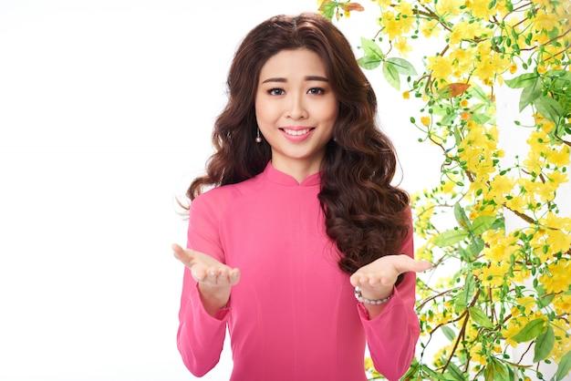 Средний крупный план азиатской женщины в традиционной восточной одежде, делающей жест