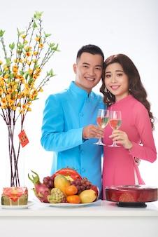 Молодая пара празднует праздник