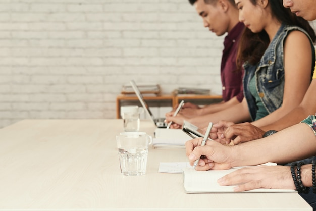 Размытое изображение ряда студентов заняты написанием теста в классе
