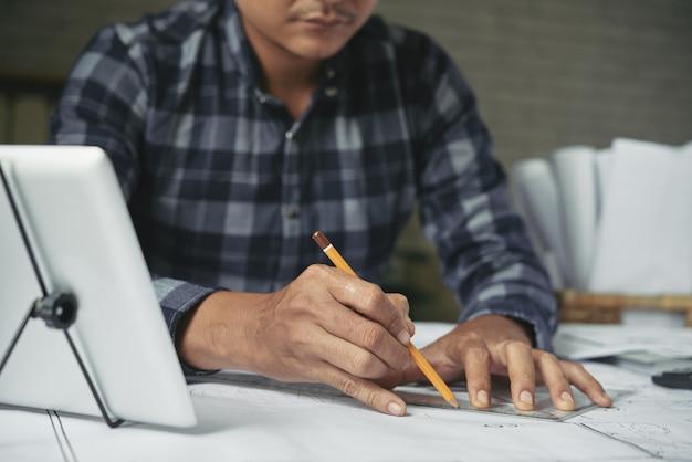 Обрезанный человек, зарисовка строительного проекта с карандашом
