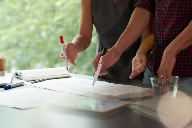 Обрезанная команда обсуждает бизнес-данные с маркерами