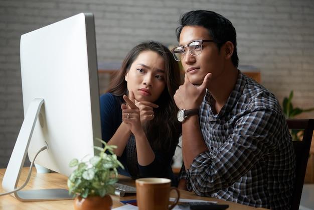 自宅のコンピューターで一緒に時間を過ごすカップル