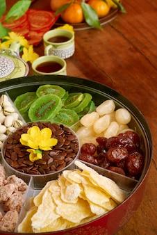 Угловой вид новогодней закусочной стоит на украшенном праздничном обеденном столе