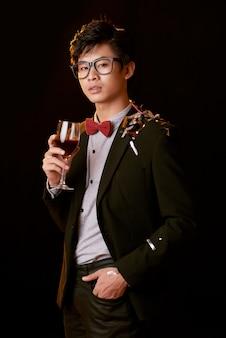 パーティーでワインを楽しむ
