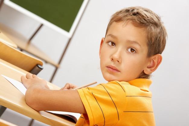 Серьезный студент написать записку
