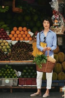エキゾチックなフルーツの買い物