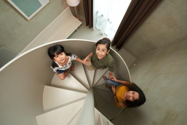 二階へ歩いて