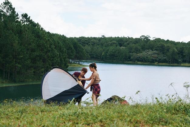 川でのキャンプ