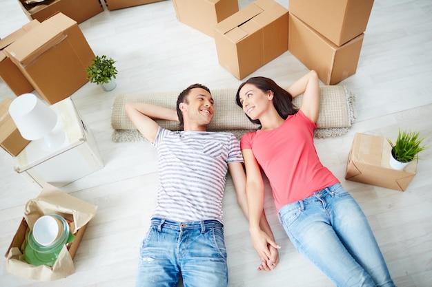 Пара отдыхает на полу