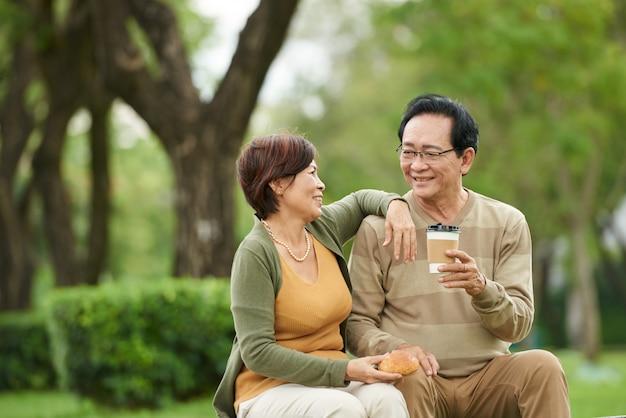 Пожилая пара отдыхает в парке