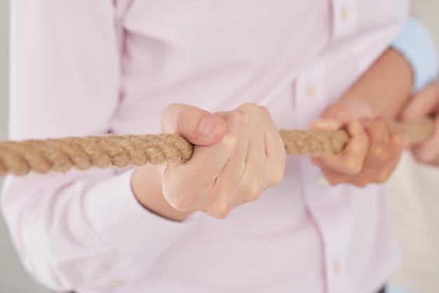 ロープを引っ張る