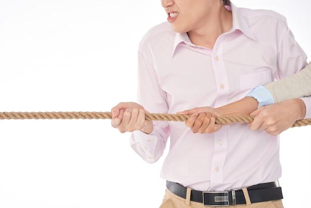 怒りでロープを引っ張る