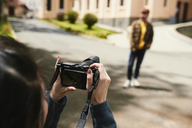 屋外で写真を撮るカップル
