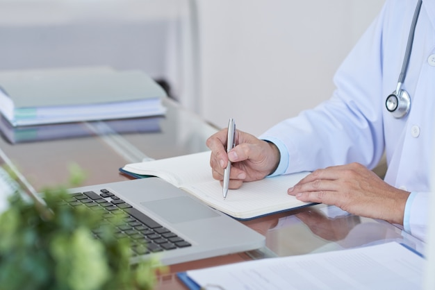 テーブルで働く医師