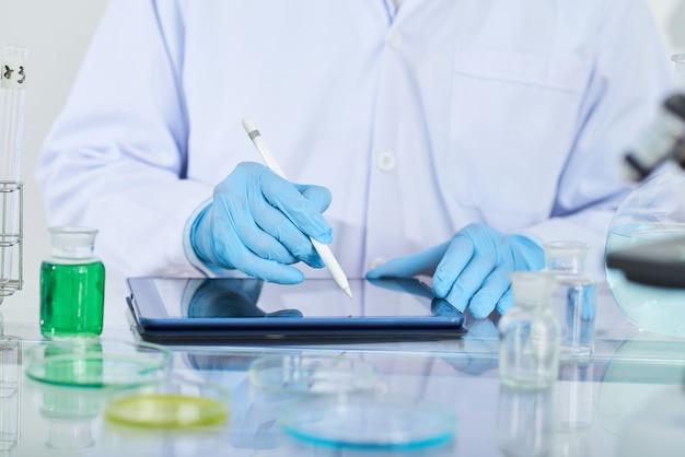 タッチパッドを使用する化学者