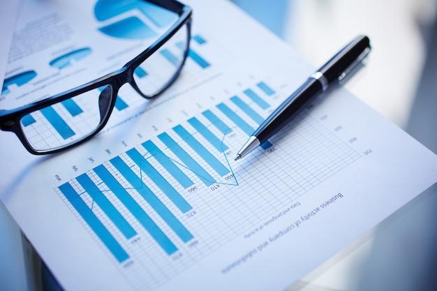 オフィスのテーブル上のビジネス文書の上から見た図