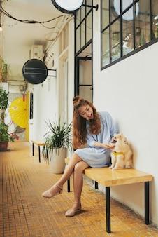 犬と遊ぶ少女