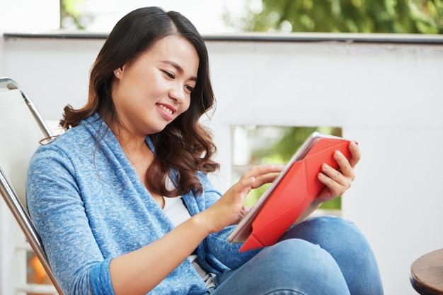 タブレットコンピューターを持つ若い女性