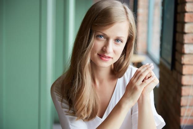 Портрет молодой женщины, глядя на камеру