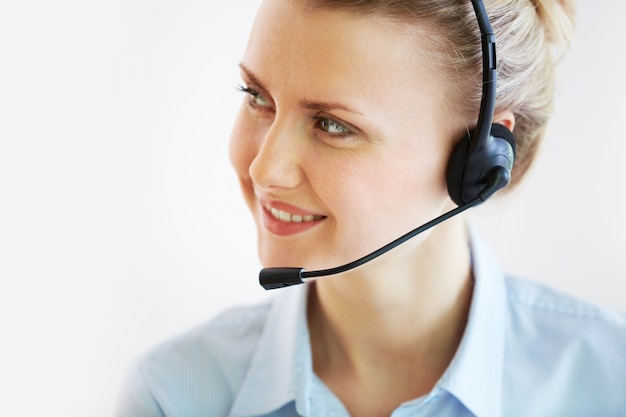 Крупным планом представителя обслуживания клиентов