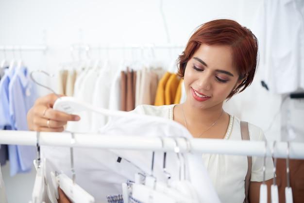 Красивая девушка покупает одежду