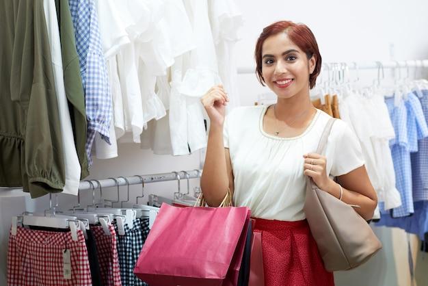 Женщина ходит по магазинам в магазине