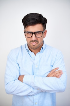 眼鏡の不機嫌な男