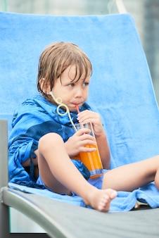小さな子供がジュースを飲む