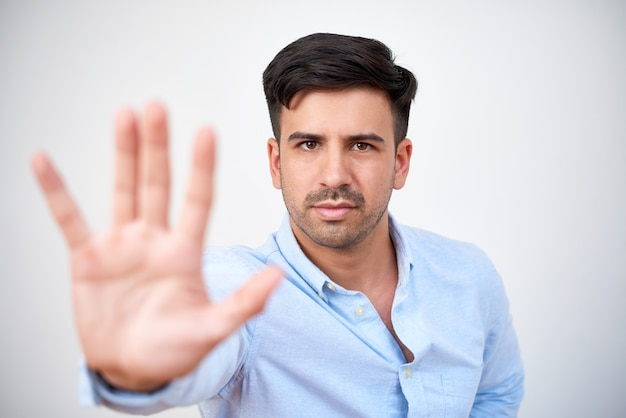 Человек показывает жест остановки