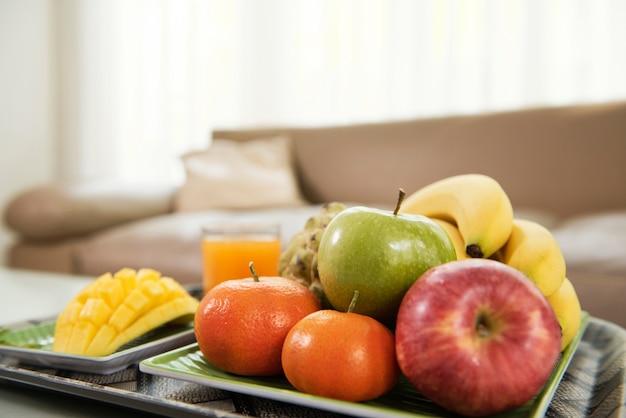 テーブルの上の熟した果物