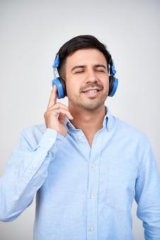 音楽を聞いている男性