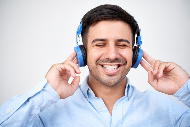 ヘッドフォンで幸せな男