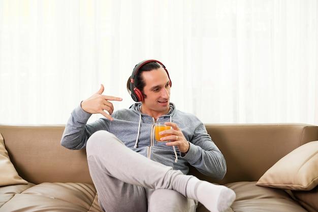 ソファで休む若い男