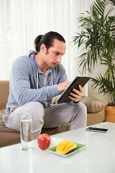 Человек с помощью планшетного пк
