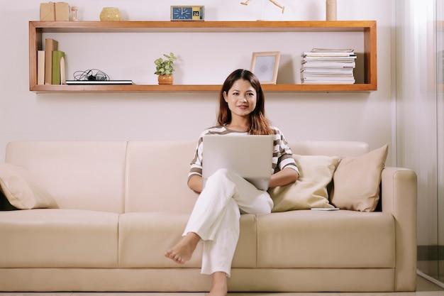 Молодая женщина работает на дому
