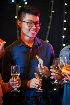 Молодой человек наслаждается вечеринкой