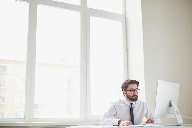 Исполнительный работать в одиночку в офисе