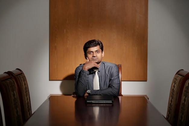 オフィスで物思いにふける起業家