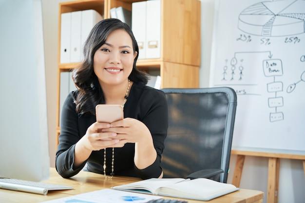 Женская коммерсантка в офисе