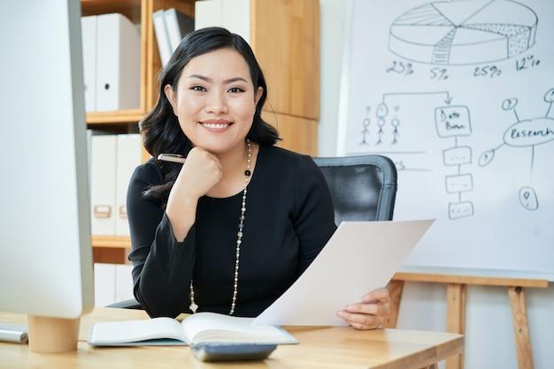 Улыбающаяся деловая женщина в офисе