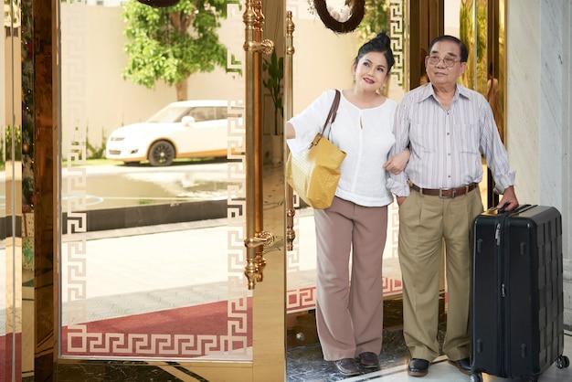休暇に年配のカップル