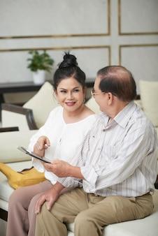 タブレットコンピューターと年配のカップル