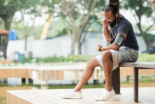 Спортсмен измеряет частоту сердечных сокращений